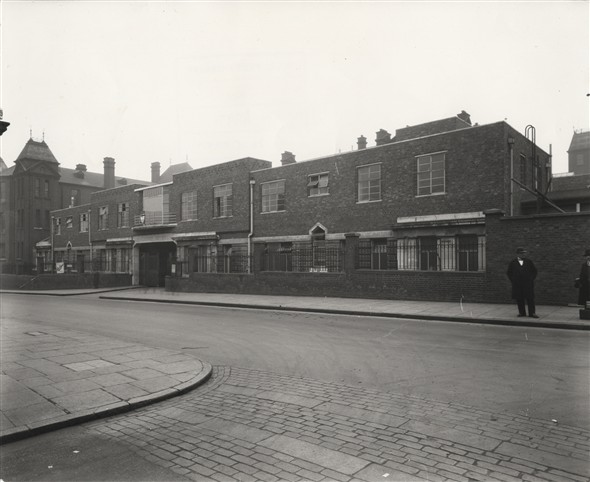 Photo:Gate Lodge on Homerton High Street, Nov 1933 (Catalogue reference: SC01606-A9972)