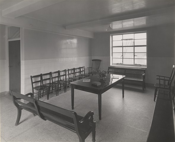 Photo:Minor operation departments' waiting room, Nov 1933 (Catalogue reference: SC01600-A9969).
