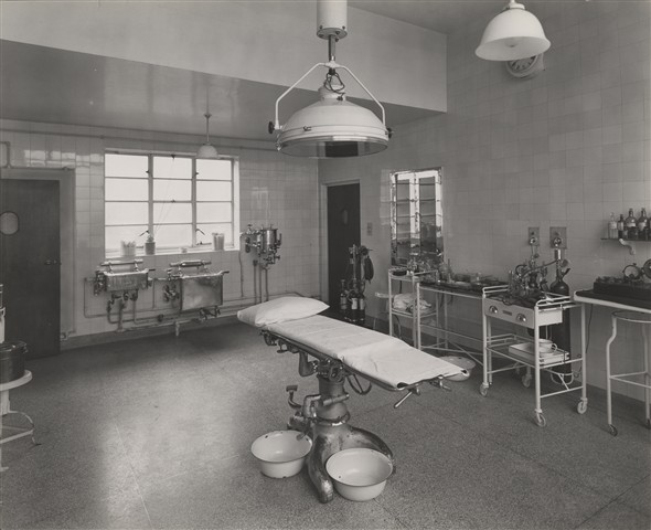 Photo:Minor operating theatre in entrance block, Nov 1933 (Catalogue reference: SC01601-A9967).