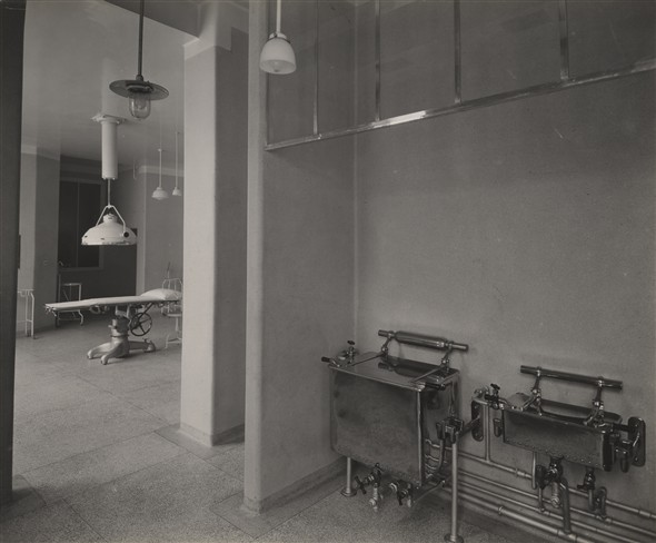 Photo:From sterilising room to minor operating theatre, Feb 1934 (Catalogue reference: SC01604-B88).